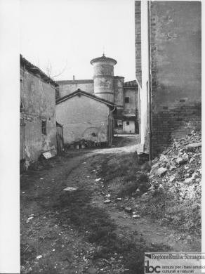 Vittorio Degli Esposti, Ozzano dell'Emilia, Olmatello, nucleo con torre circolare del 1600, 1985 circa, positivo alla gelatina a sviluppo, CC BY-SA