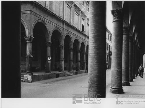 Paolo Monti, Bologna, via Galliera, portici, 1969 circa, positivo alla gelatina a sviluppo, CC BY-NC-SA