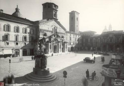 Vaiani , Renzo, [Piazza Prampolini : Reggio Emilia, 1940 circa, fotografie bianco e nero : gelatina bromuro d'argento su carta baritata ; 180x240 mm, CC BY-SA