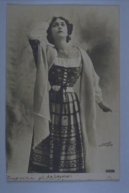 Leopold Emile Reutlinger, Parigi, La Cavalieri. Ritratto del soprano Lina Cavalieri, 1900 circa, gelatina a sviluppo ; 129x85 mm, CC BY-NC-SA