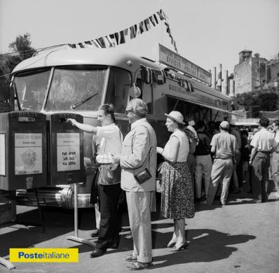 1960, Roma. Ufficio postale mobile posizionato davanti all'Arco di Costantino in occasione delle XVII Olimpiadi, CC BY-NC-ND