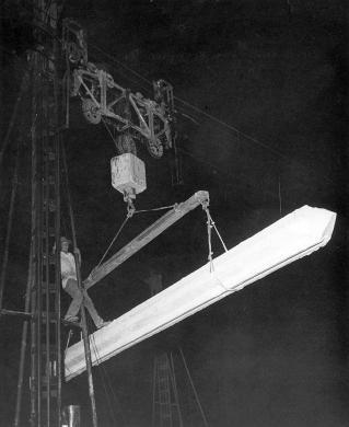 Enrico Pasquali, Botte sotto il Reno. S.Agostino (FE). Operaio che movimenta uno dei pali., 8/1958, gelatina bromuro d'argento/carta, CC BY-NC-ND