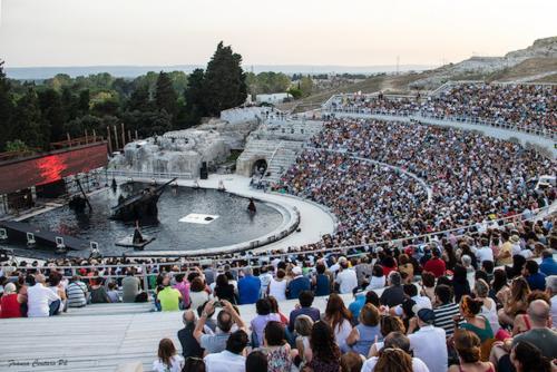Franca Centaro, Teatro greco di Siracusa . Elena di Euripide. Regia Davide Livermore, 2019, CC BY-SA